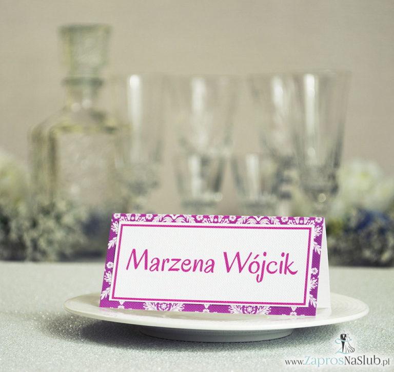 Eleganckie winietki ślubne z różowo-białym ornamentem, umieszczonym pod naklejonym motywem tekstowym