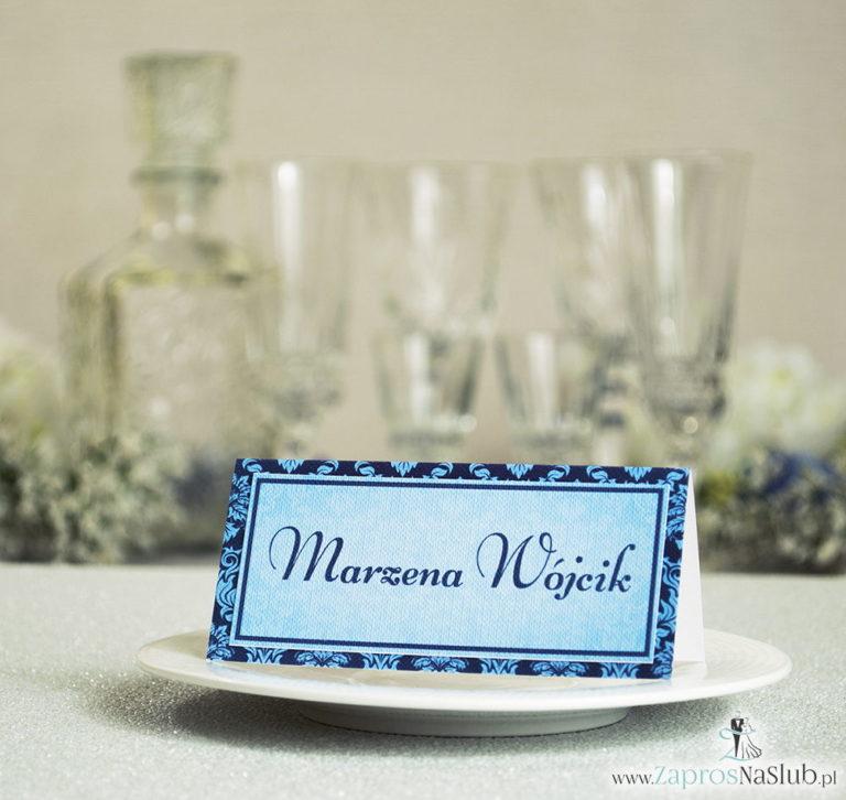 Eleganckie winietki ślubne z niebieskim barokowym ornamentem, umieszczonym pod naklejonym motywem tekstowym - ZaprosNaSlub
