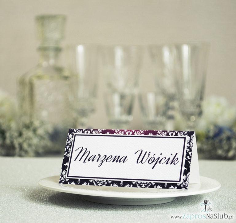 Eleganckie winietki ślubne z karminowym florystycznym damaskiem, umieszczonym pod naklejonym motywem tekstowym