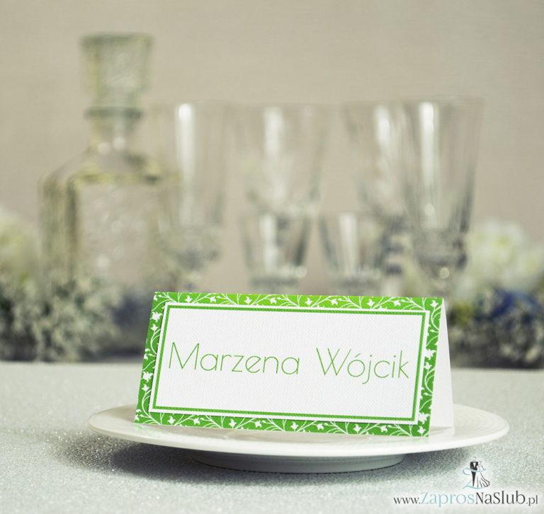 Eleganckie winietki ślubne z zielono-białym wzorem roślinnym, umieszczonym pod naklejonym motywem tekstowym - ZaprosNaSlub
