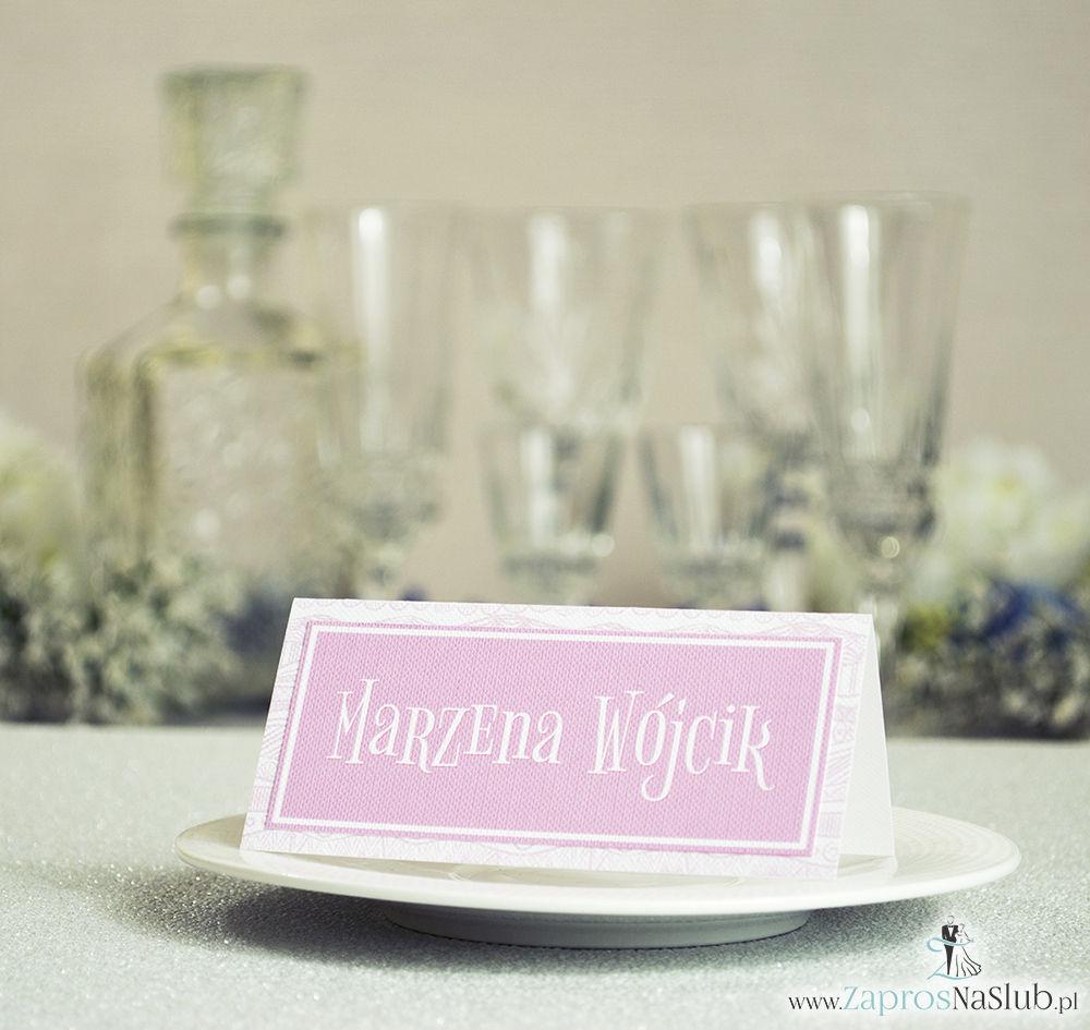 Eleganckie winietki ślubne z biało-różowymi dekoracyjnymi paskami, umieszczonym pod naklejonym motywem tekstowym
