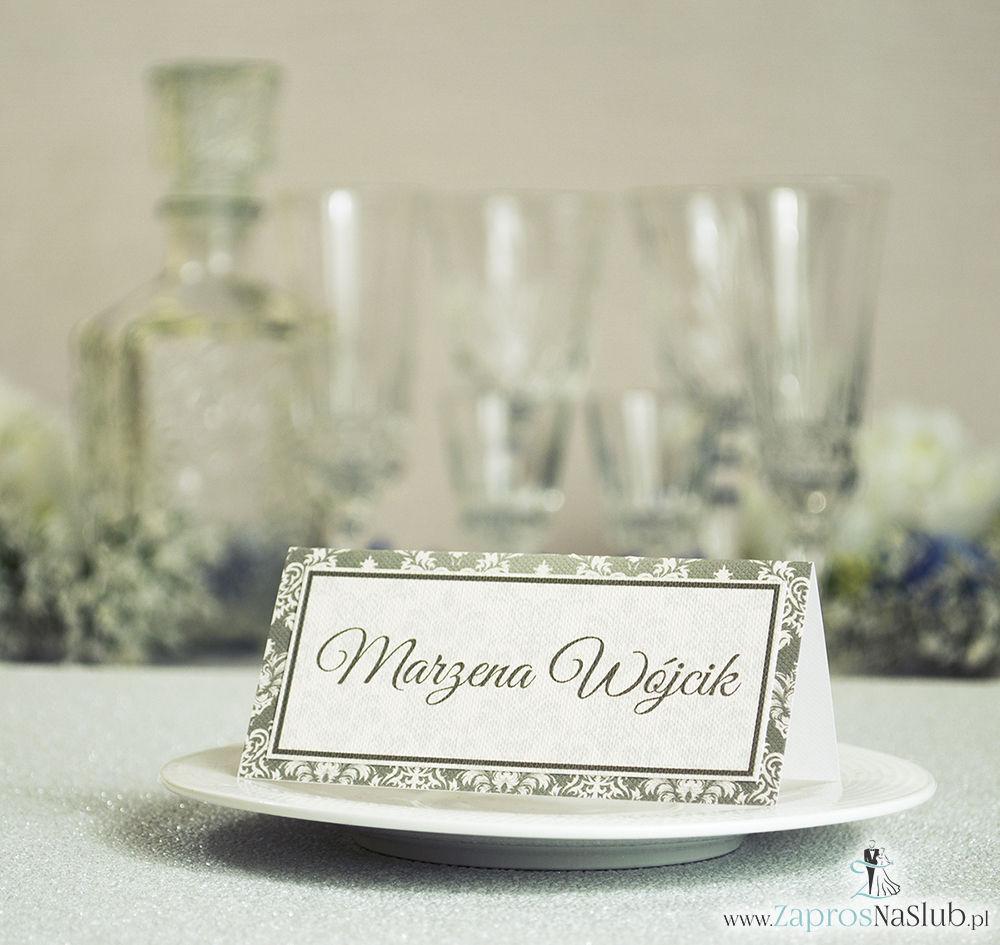 Eleganckie winietki ślubne z brązowo-kremowym ornamentem, umieszczonym pod naklejonym motywem tekstowym