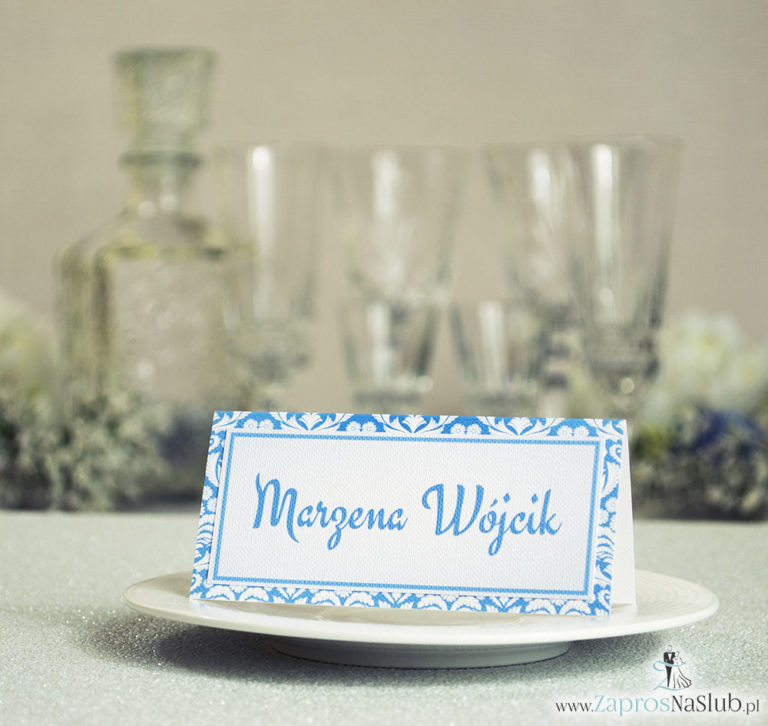 Eleganckie winietki ślubne  z błękitno-białym florystycznym ornamentem, umieszczonym pod naklejonym motywem tekstowym