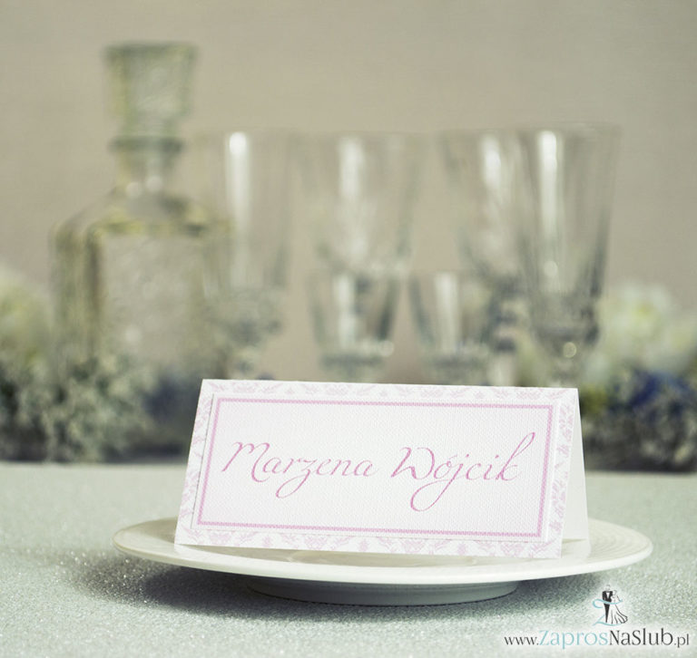 Eleganckie winietki ślubne z różowym barokowym damaskiem, umieszczonym pod naklejonym motywem tekstowym - ZaprosNaSlub