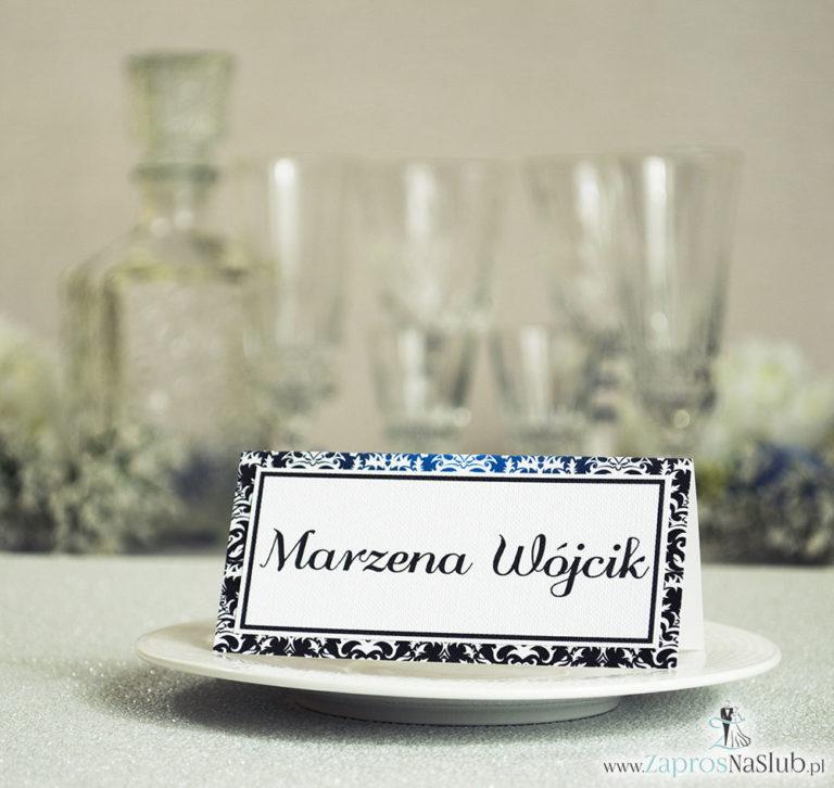 Eleganckie winietki ślubne z czarno-białym eleganckim damaskiem, umieszczonym pod naklejonym motywem tekstowym - ZaprosNaSlub