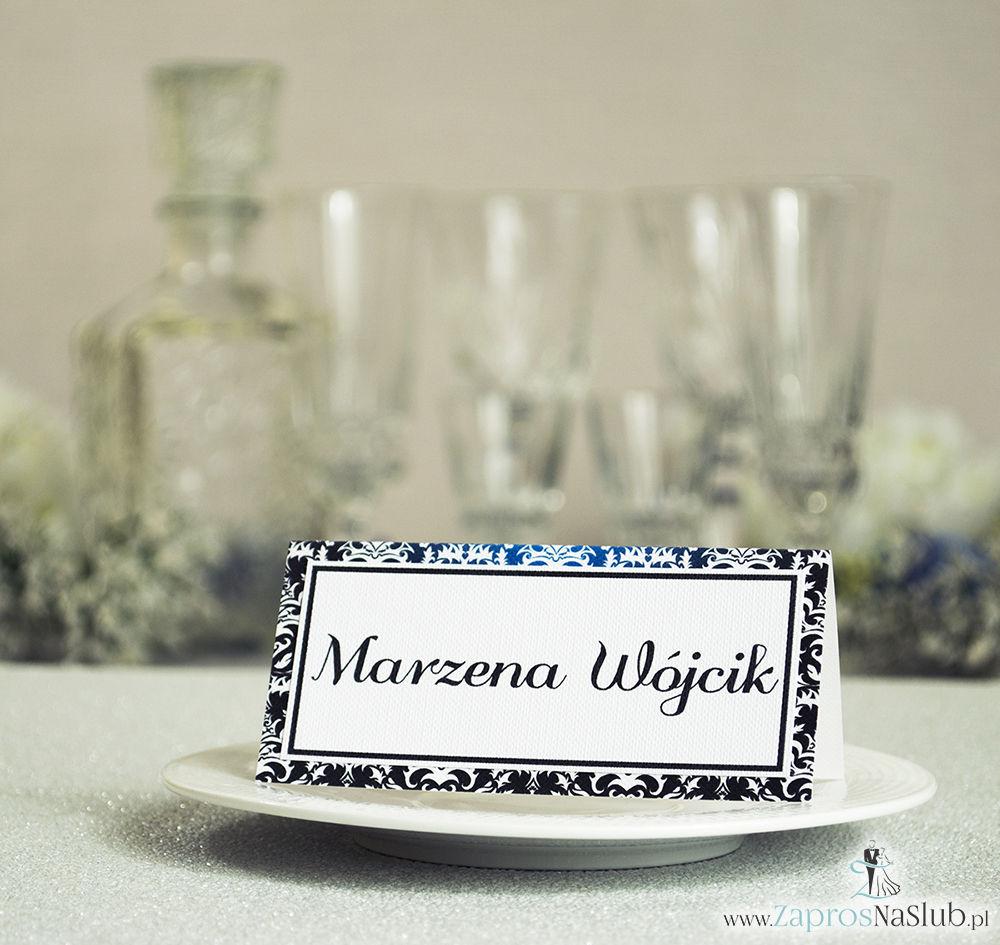 Eleganckie winietki ślubne z czarno-białym eleganckim damaskiem, umieszczonym pod naklejonym motywem tekstowym