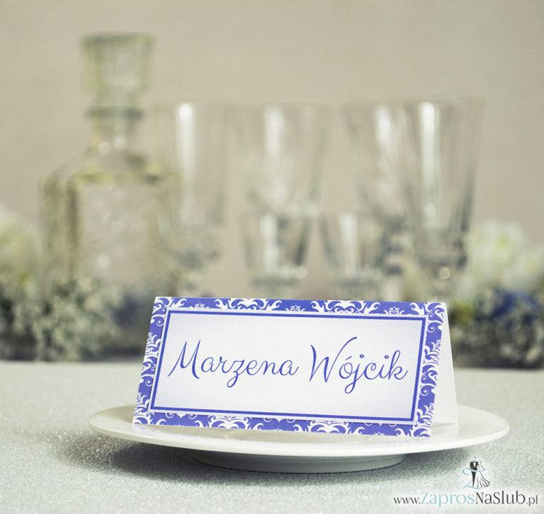 Eleganckie winietki ślubne z fioletowo-białym damaskiem, umieszczonym pod naklejonym motywem tekstowym - ZaprosNaSlub