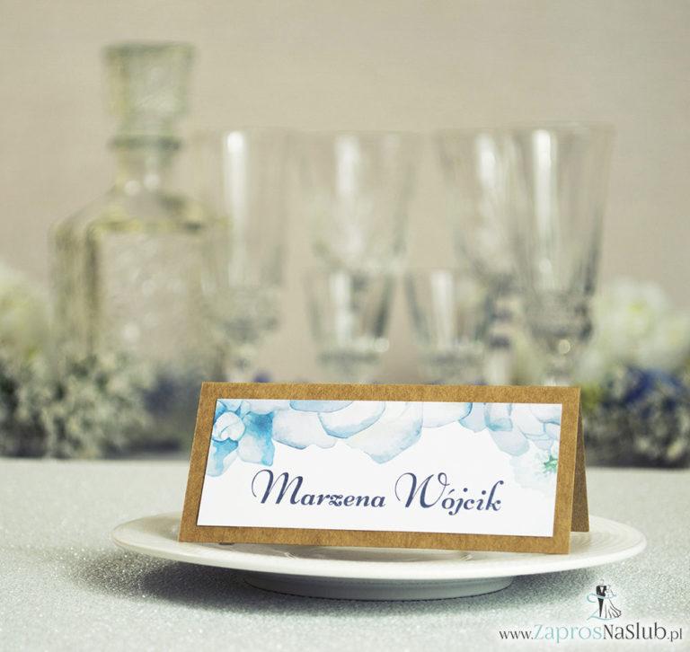Kwiatowe winietki ślubne eko – składane na pół winietki z białymi kwiatami oraz ciemnozielonymi liśćmi - ZaprosNaSlub