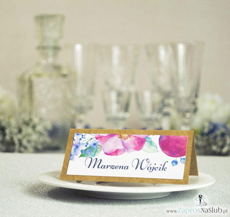 Kwiatowe winietki ślubne eko – składane na pół winietki z różowymi i fioletowymi kwiatami oraz jagódkami - ZaprosNaSlub