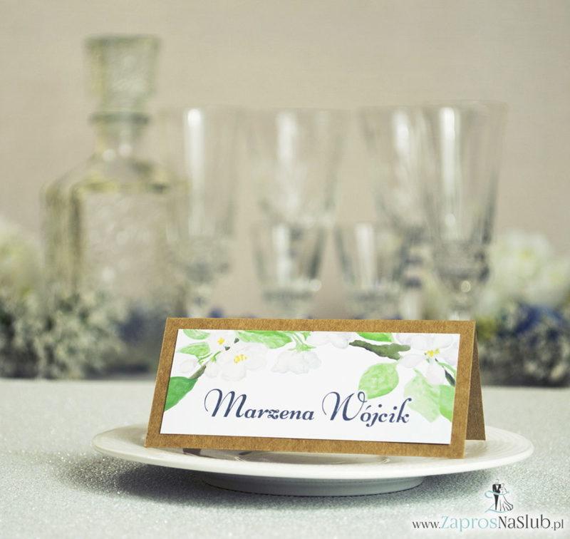WIN-2719 Kwiatowe winietki ślubne eko - składane na pół winietki z białymi kwiatami wiśni oraz zielonymi listkami - Zaproszenia ślubne na ślub