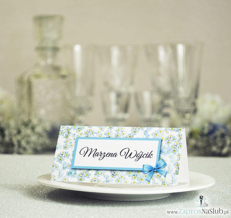 Kwiatowe winietki ślubne – składane na pół winietki z kwiatami niezapominajki, prostokątem oraz malowaną kokardką - ZaprosNaSlub