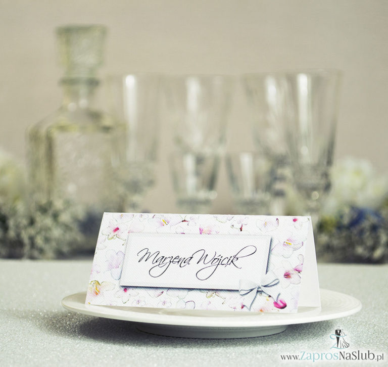 Kwiatowe winietki ślubne – składane na pół winietki z różowo-białymi kwiatami, prostokątem oraz malowaną kokardką - ZaprosNaSlub