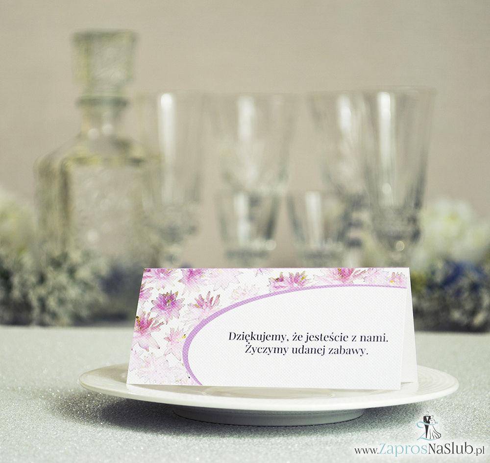 Kwiatowe winietki ślubne - składane na pół winietki z różowymi kwiatami, prostokątem oraz malowaną kokardką