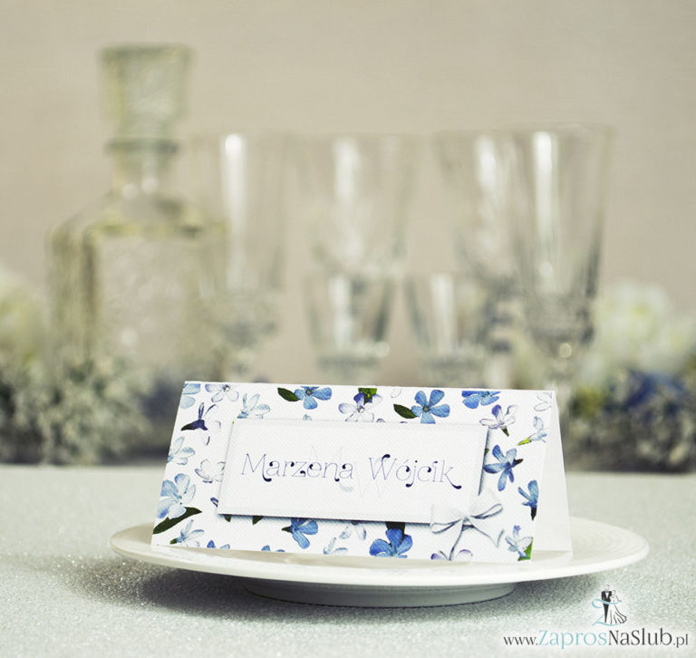 Kwiatowe winietki ślubne – składane na pół winietki z niebiesko-białymi kwiatami, prostokątem oraz malowaną kokardką - ZaprosNaSlub
