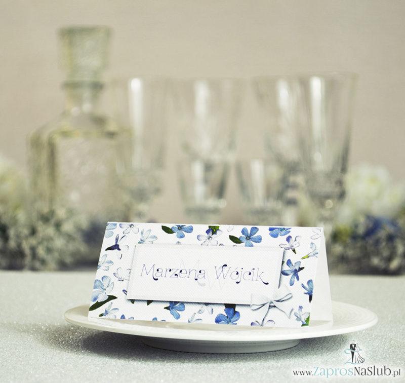 WIN-310 Kwiatowe winietki ślubne - składane na pół winietki z niebiesko-białymi kwiatami, prostokątem oraz malowaną kokardką - Zaproszenia ślubne na ślub