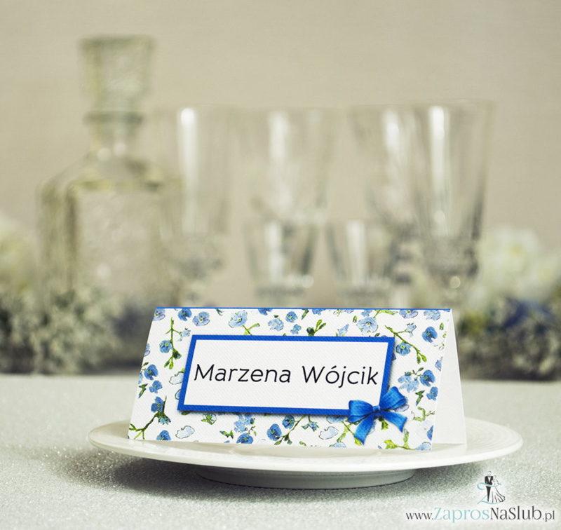WIN-311 Kwiatowe winietki ślubne - składane na pół winietki z niebiesko-zielonym motywem kwiatowym, prostokątem oraz malowaną kokardką - Zaproszenia ślubne na ślub