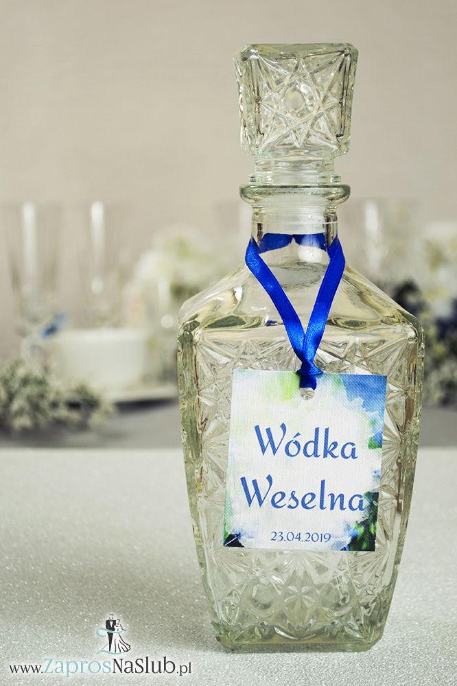 Naturalne zawieszki na alkohol z niebieskimi kwiatami cebulicy syberyjskiej oraz z niebieską wstążką - ZaprosNaSlub