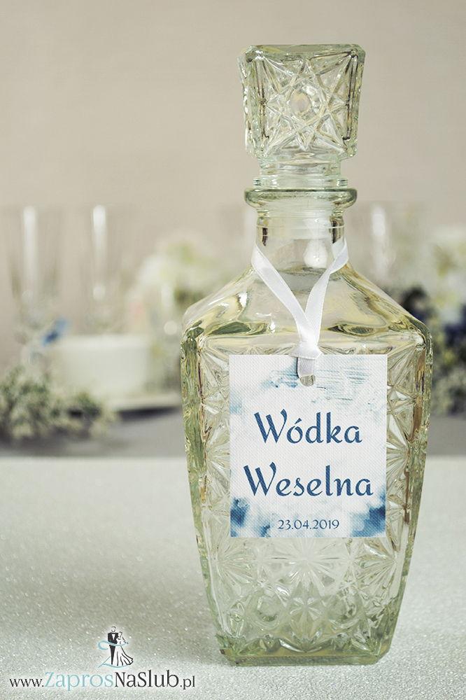 Naturalne zawieszki na alkohol z biało-szaro-srebrnymi płatkami śniegu oraz z białą wstążką - ZaprosNaSlub