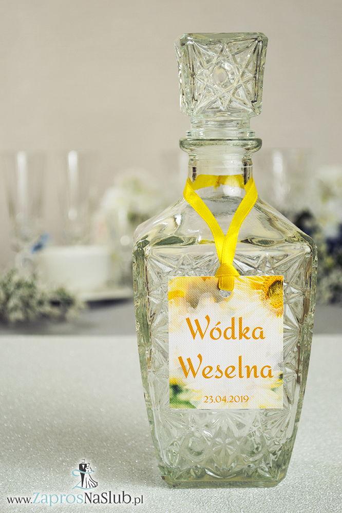 Naturalne zawieszki na alkohol z motywem żółtych kwiatów słonecznika oraz z żółtą wstążką - ZaprosNaSlub