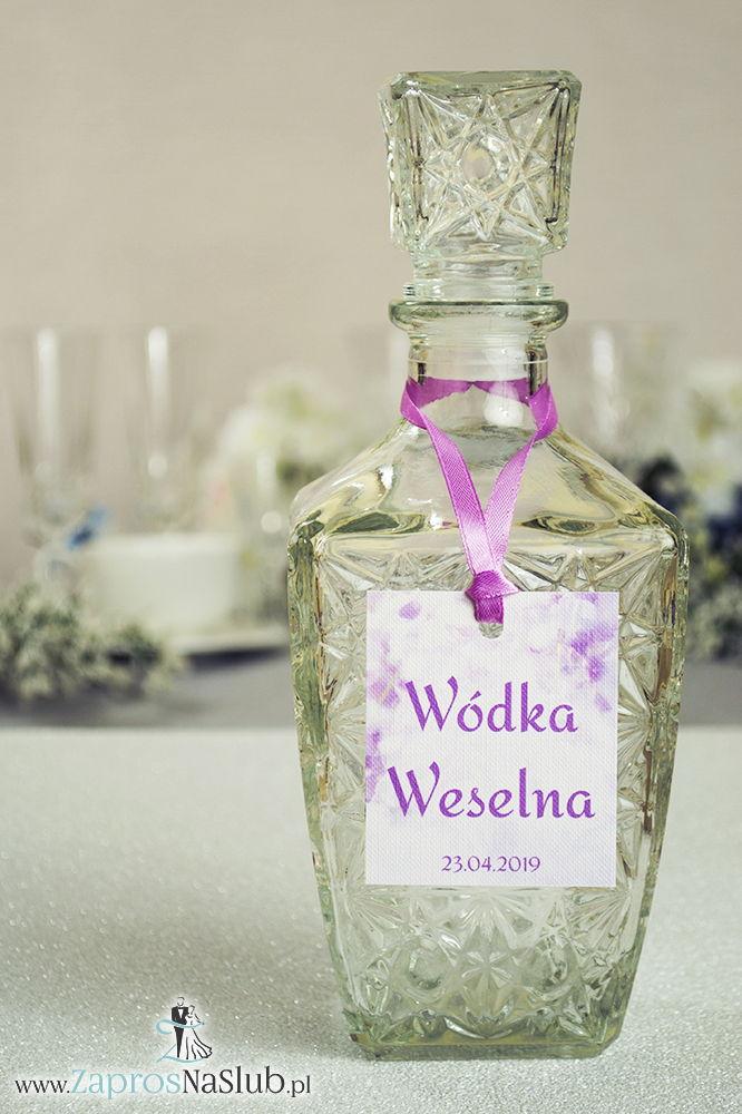 ZaprosNaSlub - Zaproszenia ślubne, personalizowane, boho, rustykalne, kwiatowe księga gości, zawieszki na alkohol, winietki, koperty, plany stołów - Naturalne zawieszki na alkohol z motywem kwiatów łubinu oraz z różową wstążką