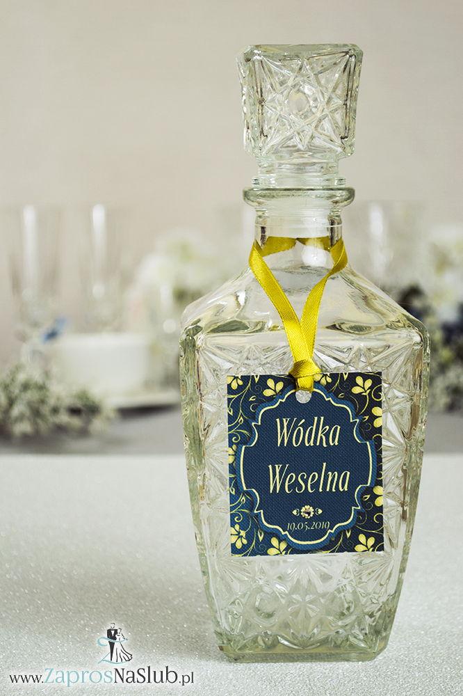Zawieszki na alkohol z ornamentem. Elegancki ciemnozielony wzór, zielono-żółty motyw ozdobny oraz złota wstążka - ZaprosNaSlub