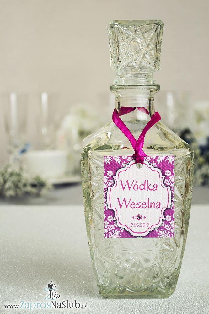 Zawieszki na alkohol z ornamentem. Elegancki różowo-biały florystyczny wzór, biały motyw ozdobny oraz satynową wstążka - ZaprosNaSlub