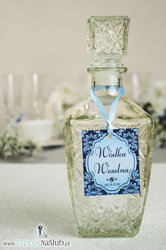 Zawieszki na alkohol z ornamentem. Elegancki niebieski barokowy wzór, błękitny motyw ozdobny oraz satynową wstążka - ZaprosNaSlub