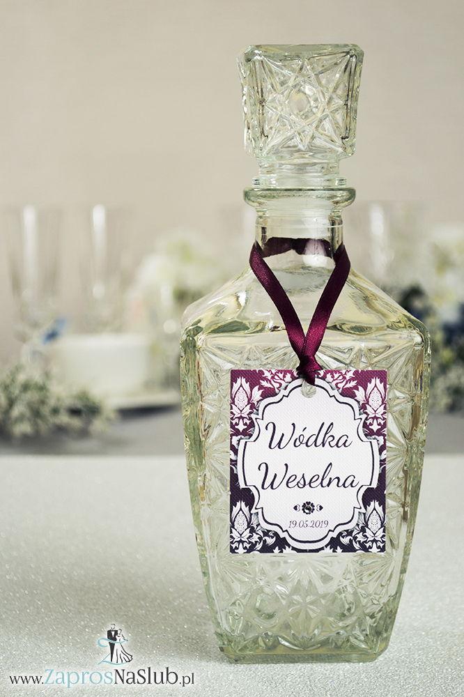 Zawieszki na alkohol z ornamentem. Elegancki karminowy florystyczny damask, jasny motyw ozdobny oraz satynową wstążka - ZaprosNaSlub