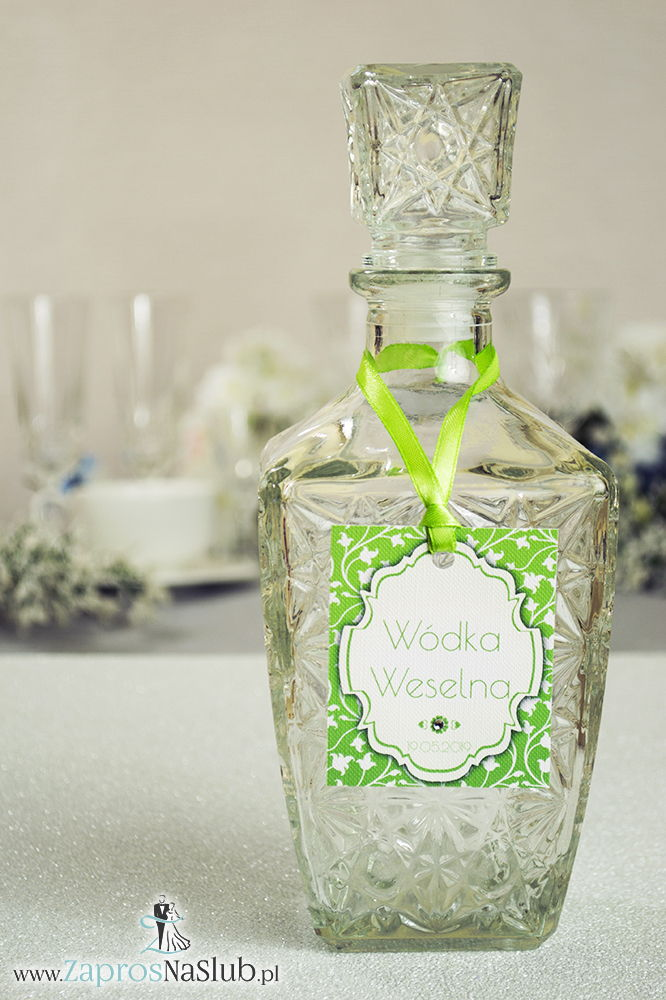 Zawieszki na alkohol z ornamentem. Elegancki zielono-biały roślinny wzór, biały motyw ozdobny oraz satynową wstążka - ZaprosNaSlub