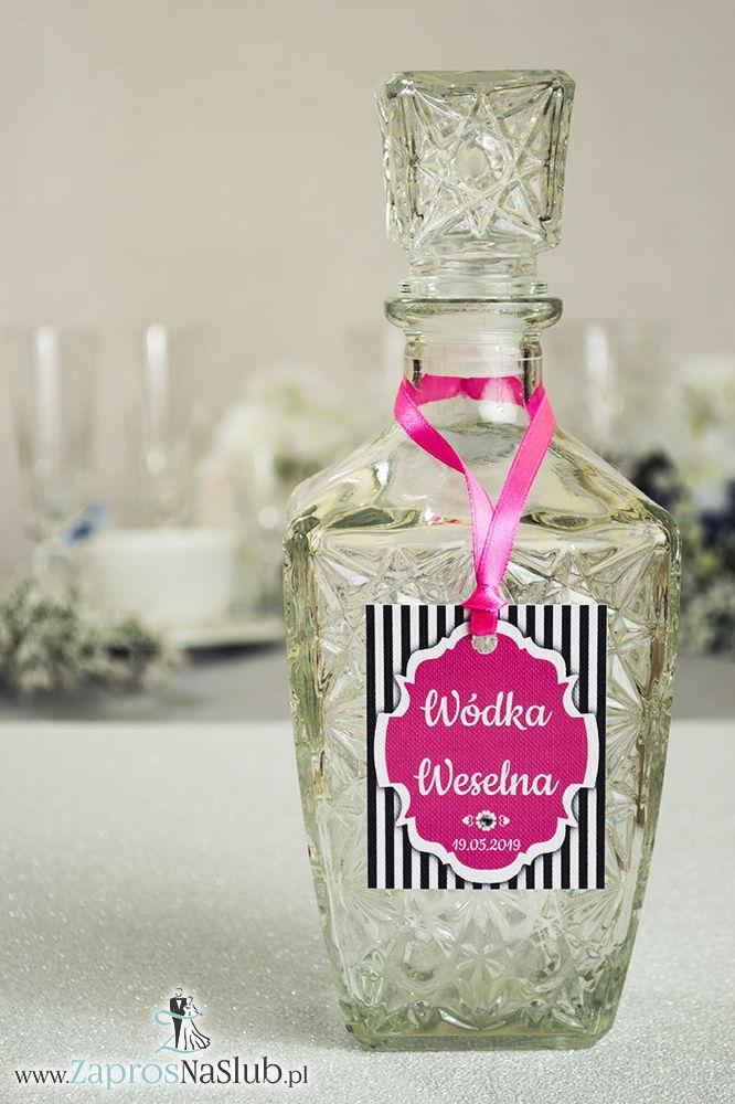 Zawieszki na alkohol z ornamentem. Eleganckie czarno-białe paski, różowy motyw ozdobny oraz różowa wstążka - ZaprosNaSlub