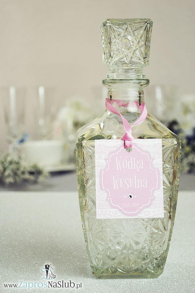 Zawieszki na alkohol z ornamentem. Eleganckie biało-różowe dekoracyjne paski, różowy motyw ozdobny oraz satynową wstążka - ZaprosNaSlub