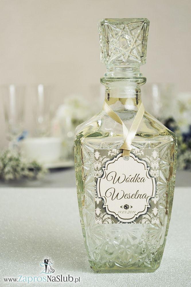 Zawieszki na alkohol z ornamentem. Elegancki brązowo-kremowy barokowy wzór, jasny motyw ozdobny oraz satynową wstążka - ZaprosNaSlub