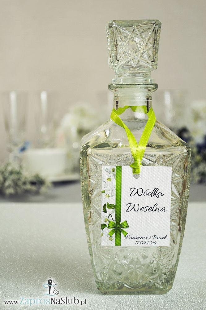 Kwiatowe zawieszki na alkohol wraz z oliwkową wstążką i pionowym motywem kwiatów jabłoni - ZaprosNaSlub