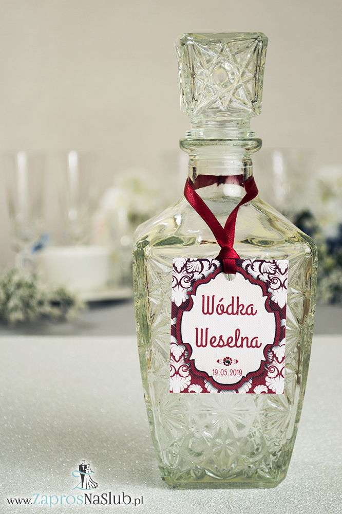 Zawieszki na alkohol z ornamentem. Elegancki czerwono-biały wzór, czerwony motyw ozdobny oraz satynową wstążka