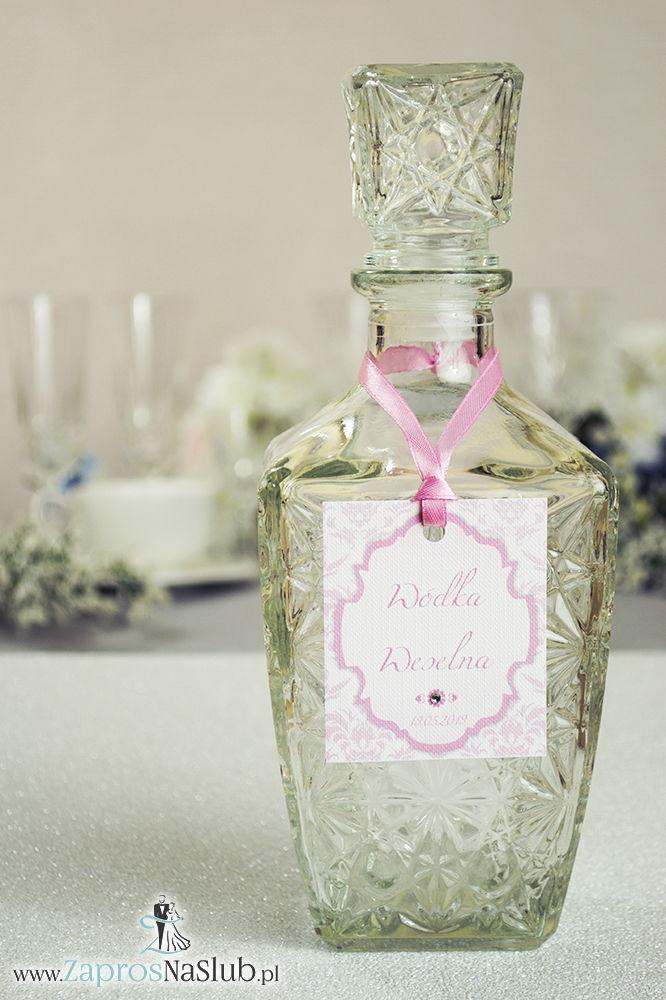 Zawieszki na alkohol z ornamentem. Elegancki różowy barokowy wzór, biało-różowy motyw ozdobny oraz satynową wstążka - ZaprosNaSlub