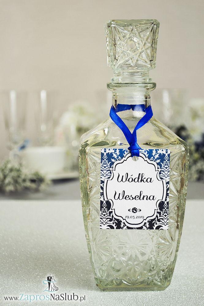 Zawieszki na alkohol z ornamentem. Elegancki czarno-biały elegancki damask z błękitną poświatą, jasny motyw ozdobny oraz satynową wstążka - ZaprosNaSlub
