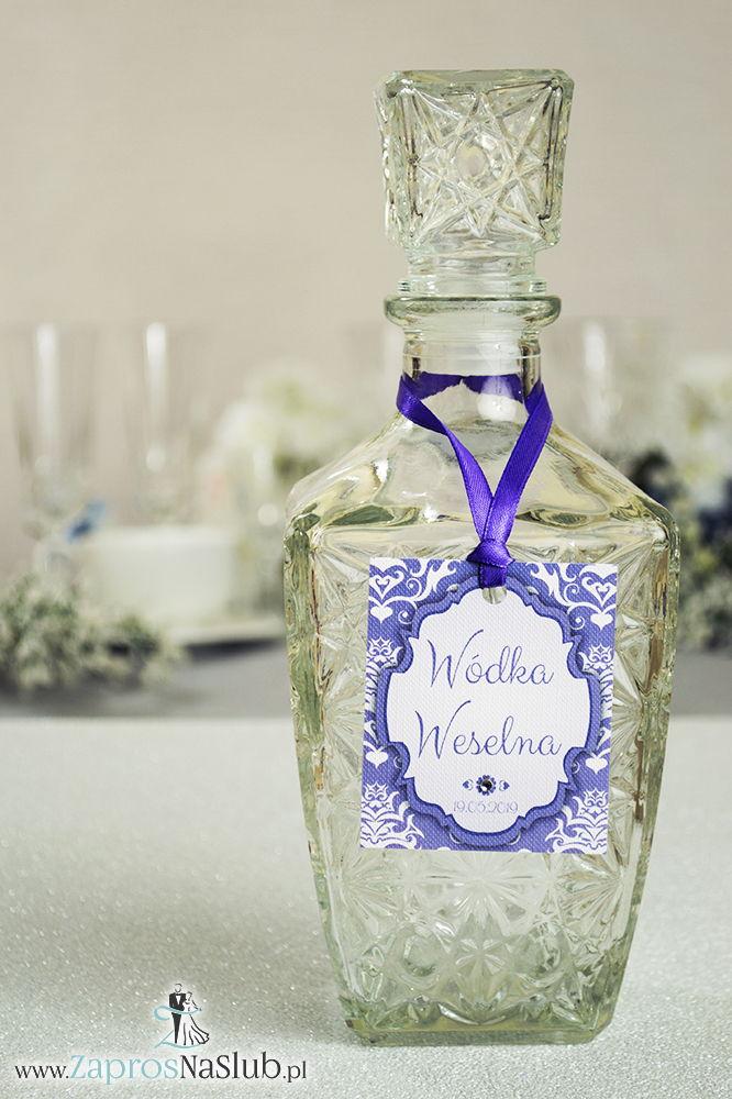 ZAW-2014 Zawieszki na alkohol z ornamentem. Elegancki fioletowo-biały damask, trójkolorowy motyw ozdobny oraz satynową wstążka - Zaproszenia ślubne na ślub