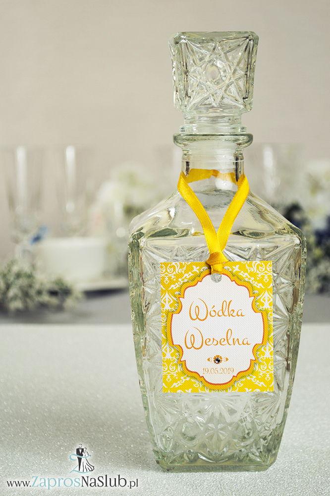 Zawieszki na alkohol z ornamentem. Elegancki żółto-biały wzór, trójkolorowy motyw ozdobny oraz satynową wstążka - ZaprosNaSlub