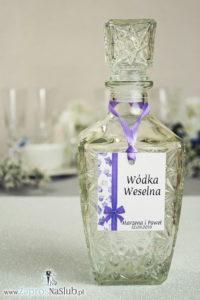ZAW-202 Kwiatowe zawieszki na alkohol wraz z fioletową wstążką i pionowym motywem kwiatów dzwonków - zaproszenia ślubne na ślub
