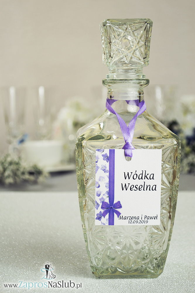 Kwiatowe zawieszki na alkohol wraz z fioletową wstążką i pionowym motywem kwiatów dzwonków - ZaprosNaSlub