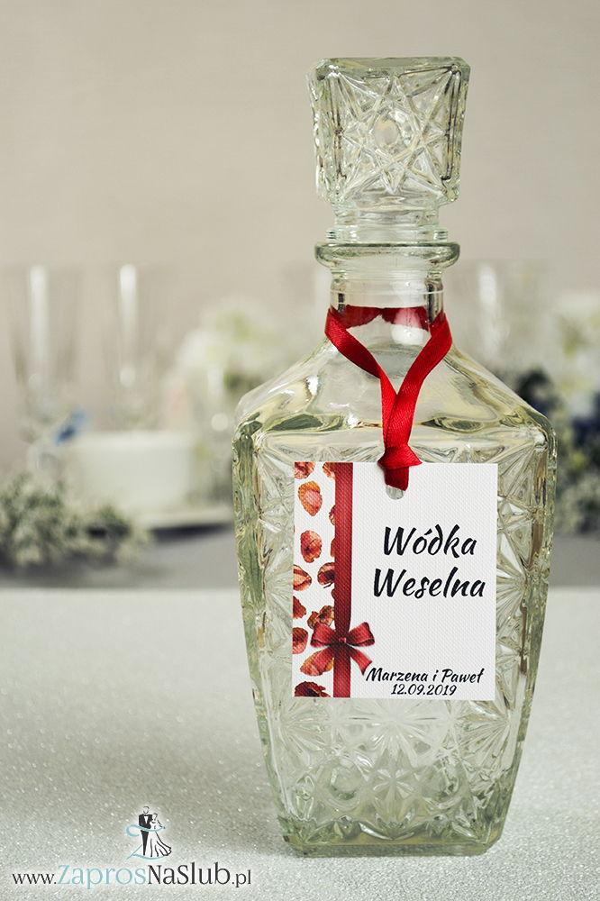 Kwiatowe zawieszki na alkohol wraz z czerwoną wstążką i pionowym motywem z kwiatami maków - ZaprosNaSlub