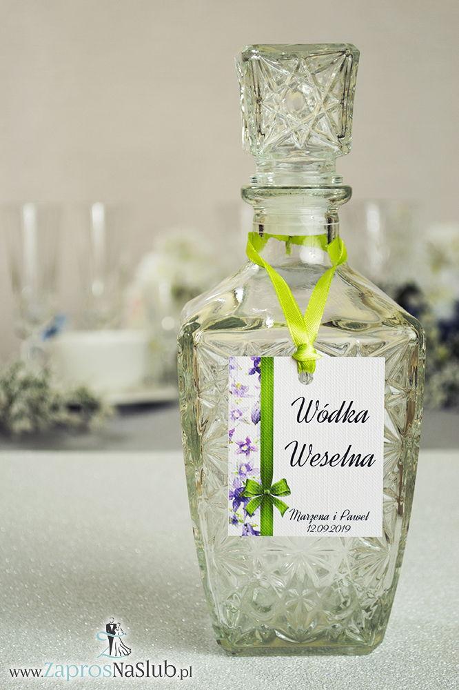 ZaprosNaSlub - Zaproszenia ślubne, personalizowane, boho, rustykalne, kwiatowe księga gości, zawieszki na alkohol, winietki, koperty, plany stołów - Kwiatowe zawieszki na alkohol wraz z pistacjową wstążką i pionowym motywem fioletowo-zielonych kwiatów