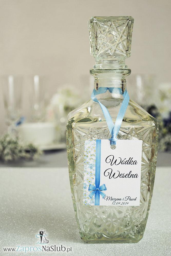 Kwiatowe zawieszki na alkohol wraz z błękitną wstążką i pionowym motywem kwiatów niezapominajki - ZaprosNaSlub