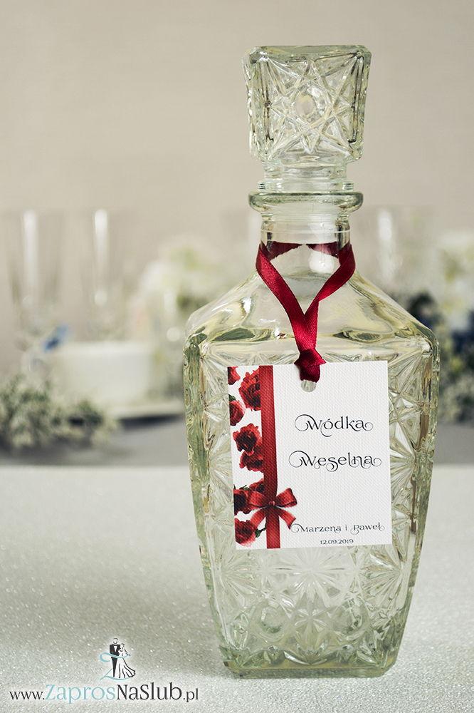 Kwiatowe zawieszki na alkohol wraz z bordową wstążką i pionowym motywem kwiatów róży - ZaprosNaSlub