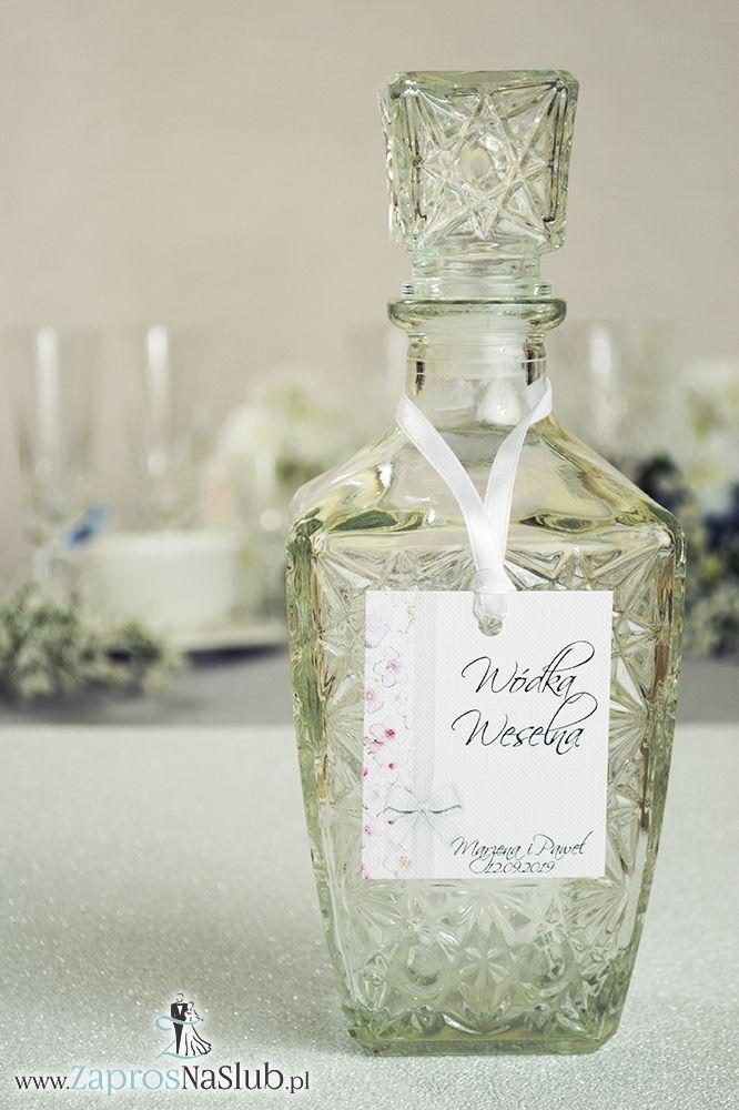 Kwiatowe zawieszki na alkohol wraz z białą wstążką i pionowym motywem różowo-białych kwiatów - ZaprosNaSlub