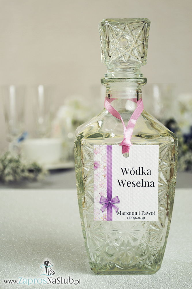 Kwiatowe zawieszki na alkohol wraz z różową wstążką i pionowym motywem różowych kwiatów - ZaprosNaSlub
