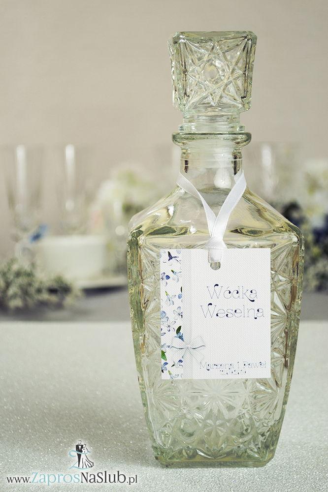 Kwiatowe zawieszki na alkohol wraz z białą wstążką i pionowym motywem niebiesko-białych kwiatów - ZaprosNaSlub