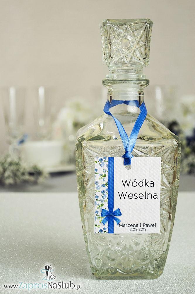 Kwiatowe zawieszki na alkohol wraz z niebieską wstążką i pionowym motywem zielono-niebieskich kwiatów - ZaprosNaSlub