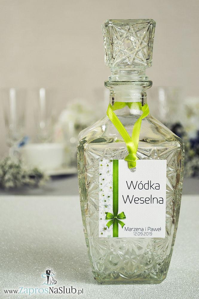 Kwiatowe zawieszki na alkohol wraz z zieloną wstążką i pionowym motywem pięknych drobnych, białych kwiatów - ZaprosNaSlub