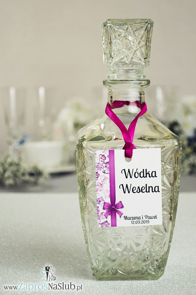 Kwiatowe zawieszki na alkohol wraz z malinową wstążką i pionowym motywem kwiatów rododendronu - ZaprosNaSlub